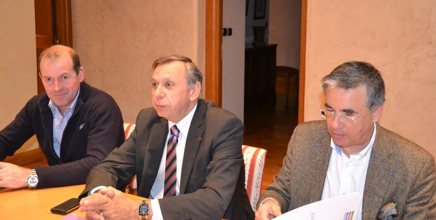 Jean-Claude Luche présente le projet de budget 2013, accompagné d' André At et Jean-François Galliard.